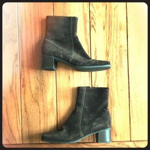 La CANADIENNE suede ankle boots size 9 M heeled